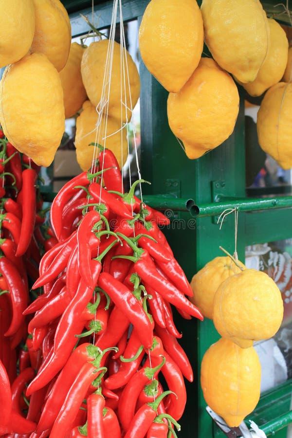 Żółte cytryny i czerwony pieprz zdjęcie stock