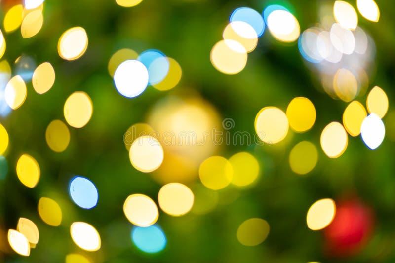 Żółte i białe kule na zielono choinki zdjęcie stock