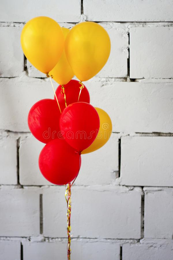 Żółte i czerwone sfery przeciw fotografia stock