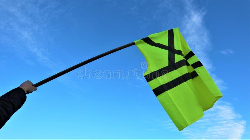 Żółte kamizelki, gilet jaune moviments/protestują przeciw wysokim cenom paliwym zdjęcie royalty free