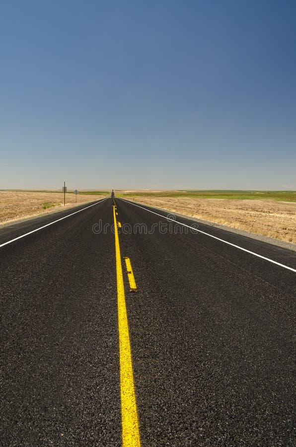 Żółte linie na pustej autostradzie usa obraz stock