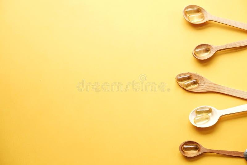 Żółte odżywcze nadprogram pigułki pełno omega 3 tłustego kwasu obraz royalty free