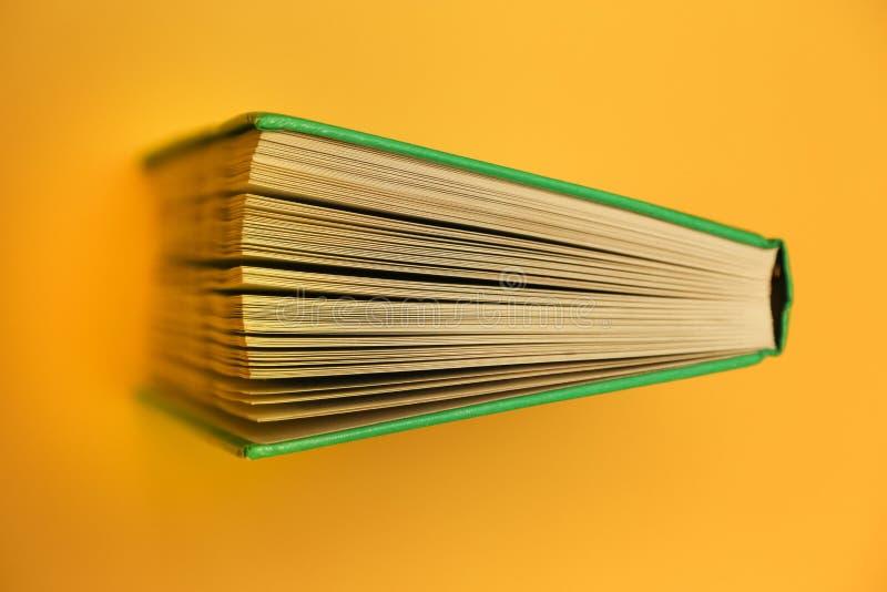 Żółte tło, jasna książka u góry Podręcznik stron stron widzących literatury zdjęcia royalty free