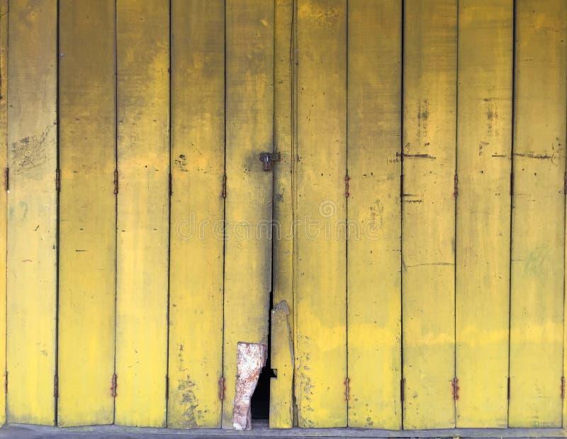 Żółtego koloru stary drewniany drzwi zdjęcia royalty free