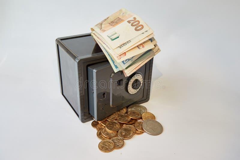 Żółtego metalu dolary i rachunek różne waluty w szarej skrytce, odizolowywającej obrazy stock