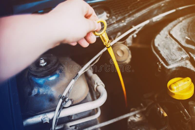 Żółtego nylonowego dipstick czeka nafciany poziom w samochodowym silniku fotografia stock