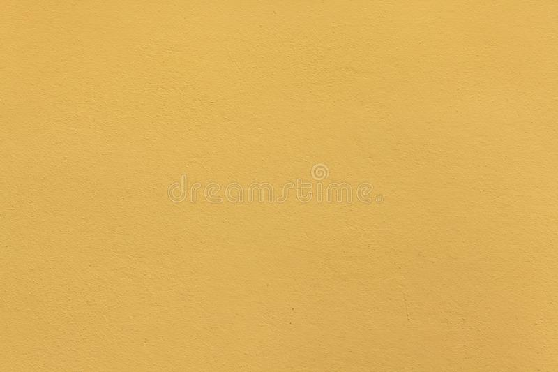 Żółtej ochry stiuku malująca ściana tło szczegółów tekstury okno stary drewniane zdjęcia royalty free