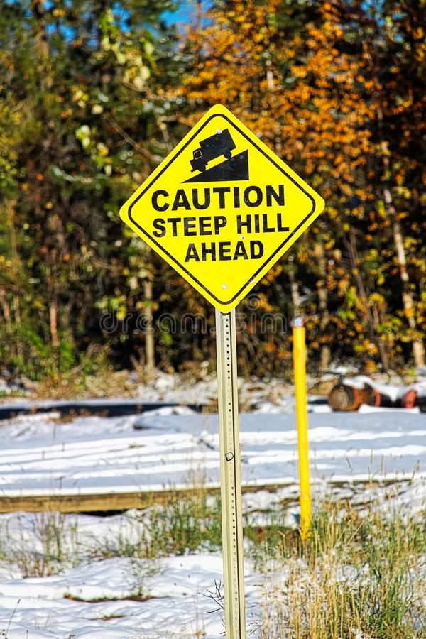 Żółtej ostrożności wzgórza stromy naprzód znak obrazy stock