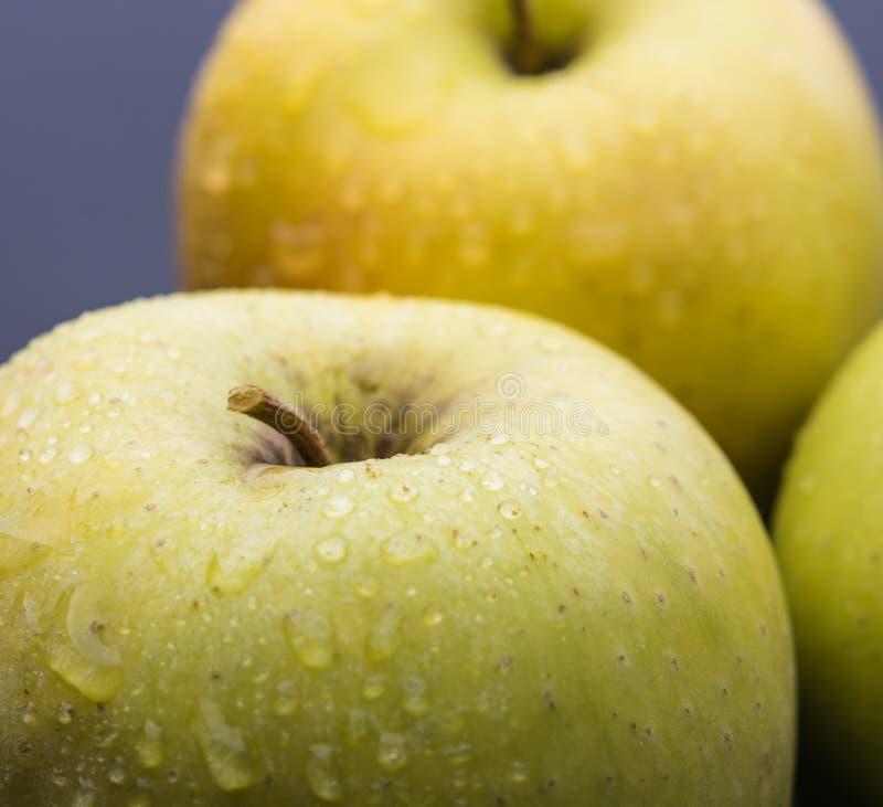Żółtej zieleni mokry jabłczany makro- zakończenie w górę świeżej weganinu lata owoc obraz stock