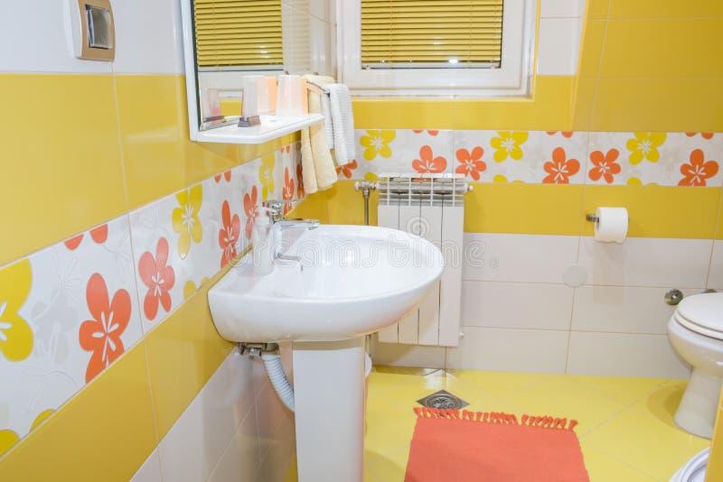 Żółty łazienki wnętrze obrazy stock