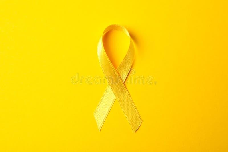Żółty świadomość faborek na koloru tle zdjęcie stock