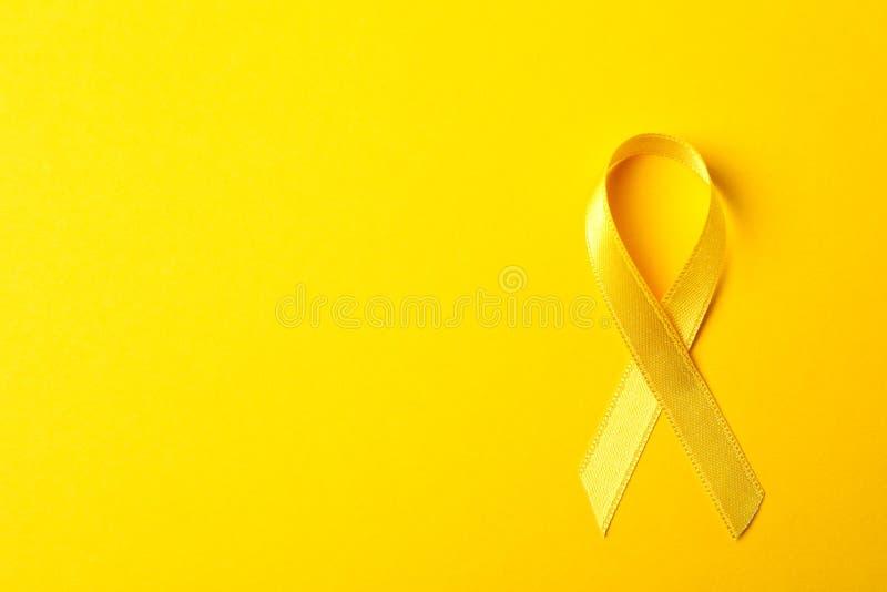 Żółty świadomość faborek na koloru tle fotografia stock