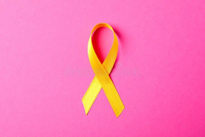 Żółty świadomość faborek na różowym tle obrazy stock