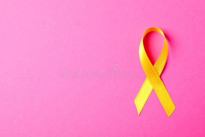 Żółty świadomość faborek na różowym tle obrazy royalty free