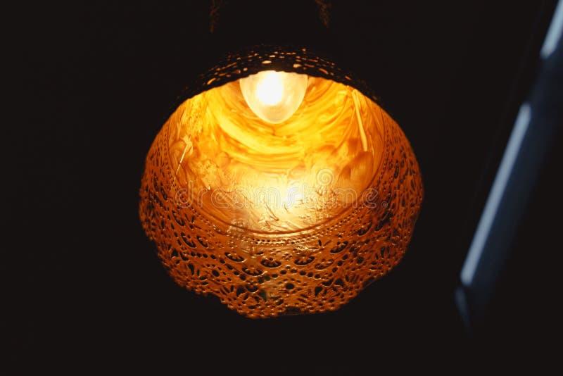 Żółty świecznik z czarnym tłem obraz stock
