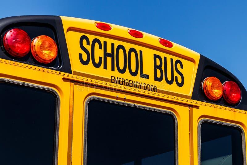 Żółty autobus szkolny w Gromadzkim udziału czekaniu Odjeżdżać dla Studen zdjęcie stock