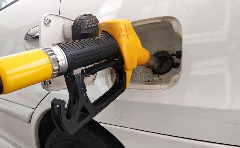 Żółty benzyny nozzle używał pompować bezołowiową benzynę obraz stock