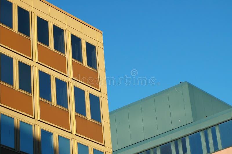 Download Żółty budynku. obraz stock. Obraz złożonej z niebo, sunlight - 42371