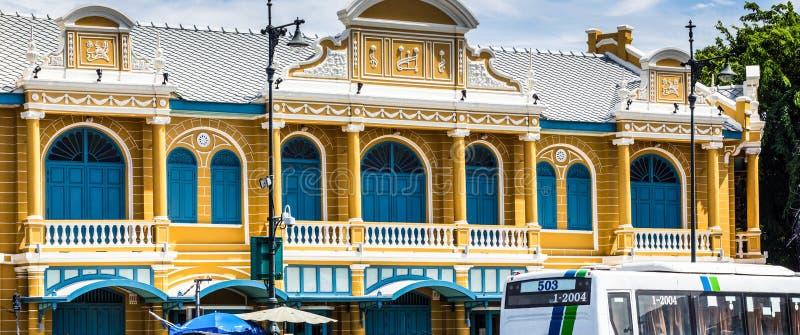 Żółty budynku kolonisty styl z niebieskiego nieba tłem obraz royalty free