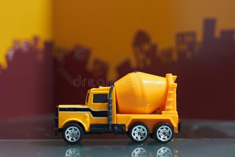 Żółty cementowóz na tle rozmytego miasta, widok z boku zdjęcie stock