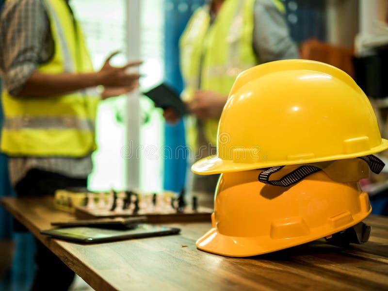 Żółty ciężki zbawczego hełma kapelusz dla zbawczego projekta robociarz jak inżyniera lub pracownik, W biurze, zbawczy pojęcie fotografia stock