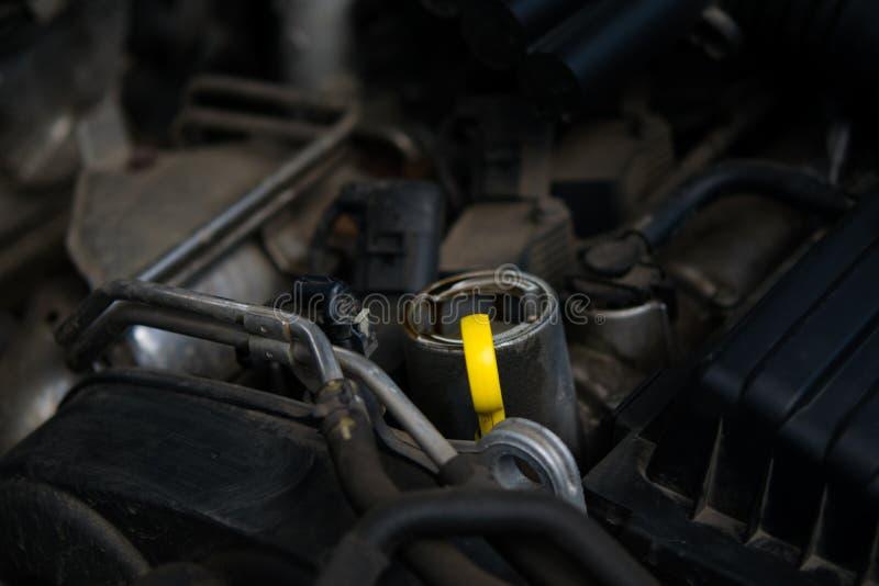 Żółty dipstick dla sprawdzać nafcianego poziom samochód, zdjęcie royalty free