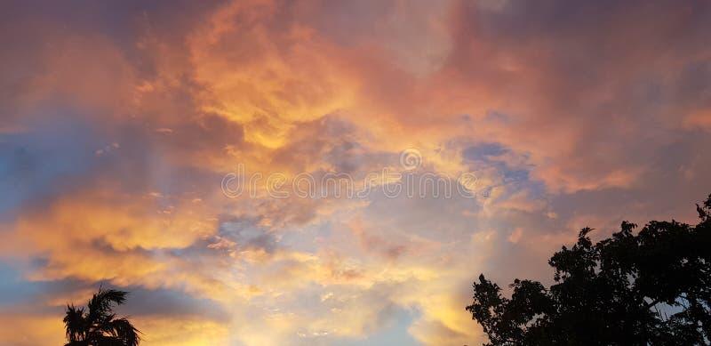 żółty dramatyczny mroczny niebo zdjęcia stock