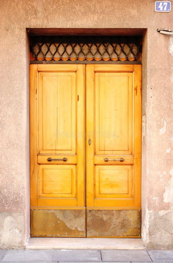 Żółty drewniany drzwi obraz royalty free
