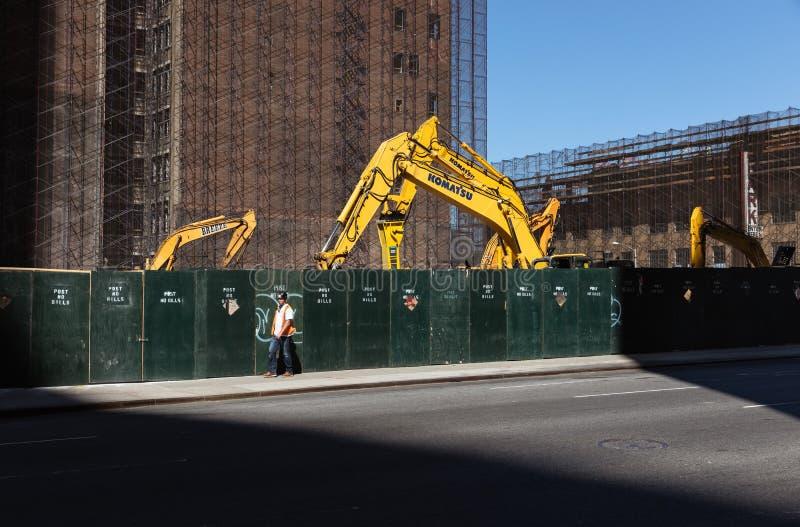 Żółty ekskawator przy budową w Manhattan fotografia royalty free