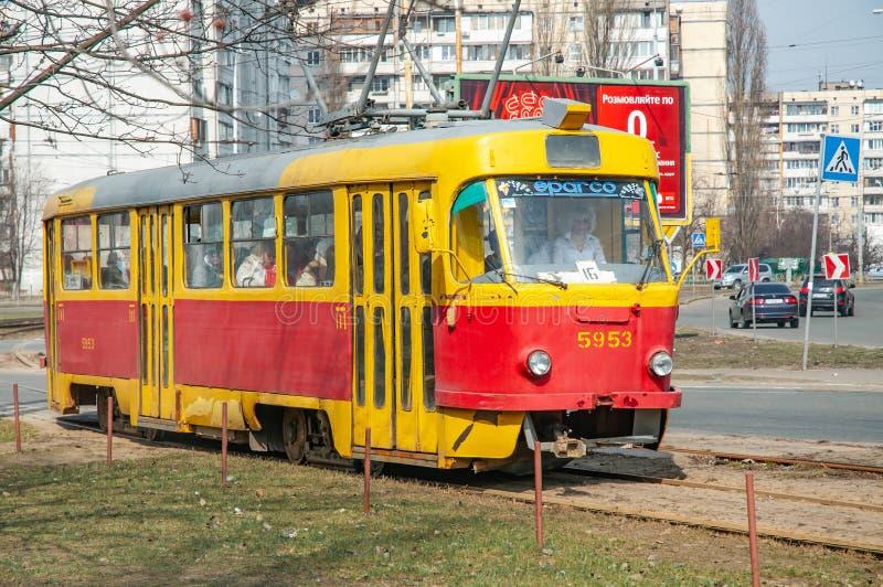 Żółty i Czerwony tramwaj w Kijów obrazy stock