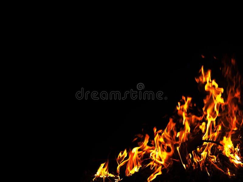 Żółty i pomarańczowy światło od ogienia na czarnej kopii przestrzeni, pali ramowy na ciemnym tle zdjęcia stock