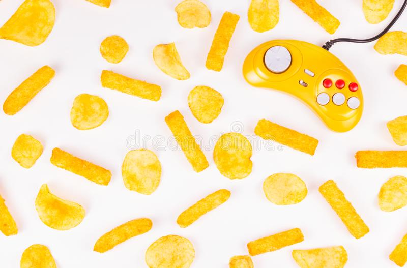 Żółty joystick i frytki Szkodliwy jedzenie i gamepad Gamepad fotografia royalty free