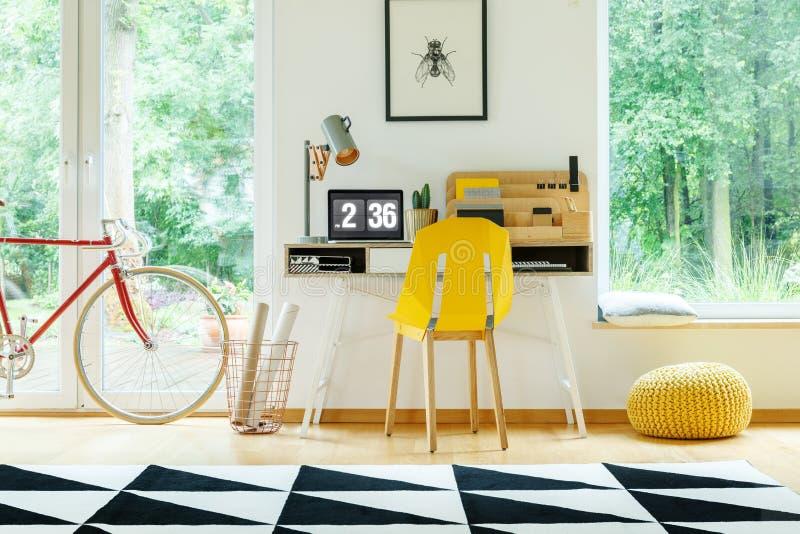 Żółty krzesło przy biurkiem zdjęcie royalty free