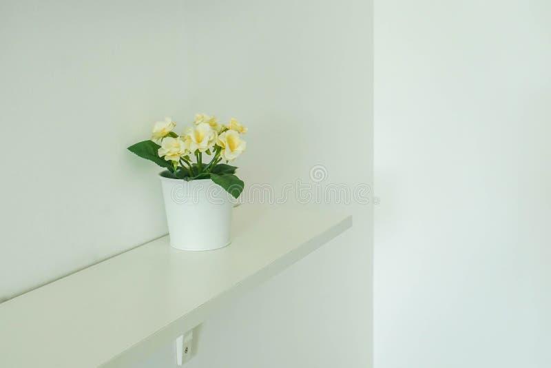 Żółty kwiatu garnka dekorujący domowy wnętrze obraz royalty free