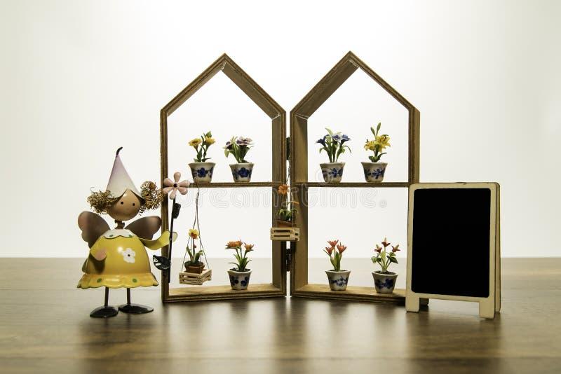 Żółty lala stojak blisko domowej ramy z kwiatem i pusty czerń wsiadamy obraz royalty free