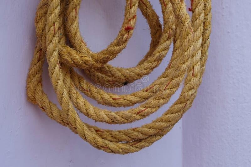 Żółty linowy obwieszenie na ścianie obrazy stock