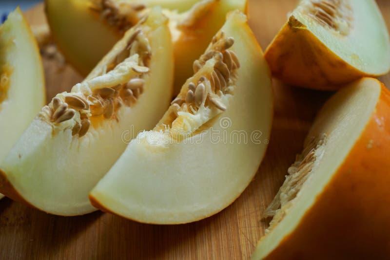 żółty melonu cięcie w plasterki zdjęcia royalty free