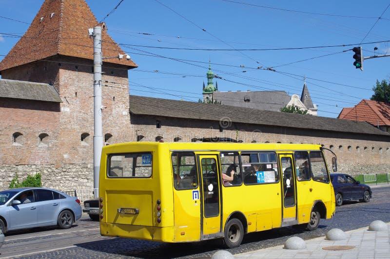 Żółty mini autobus na ulicach Lviv w Ukraina obrazy royalty free