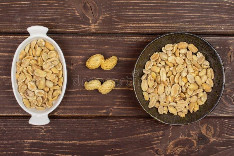 Żółty naturalny arachid na brązu drewnie obraz stock