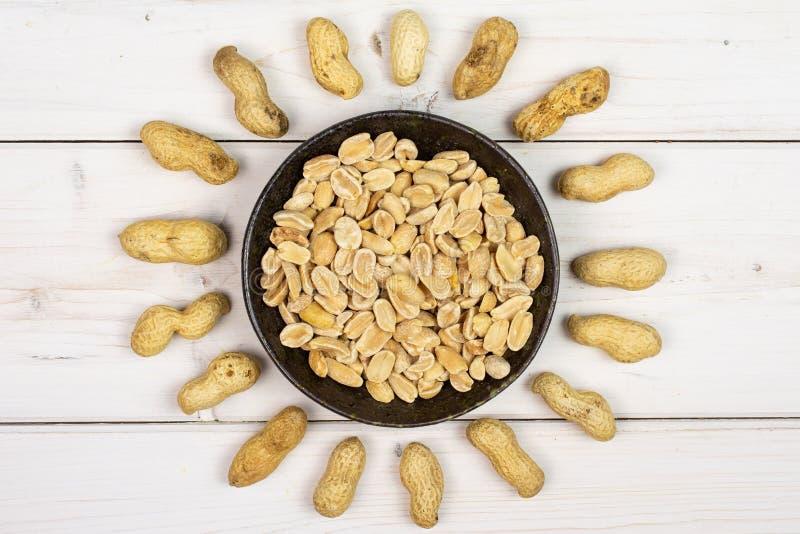 Żółty naturalny arachid na popielatym drewnie obraz royalty free