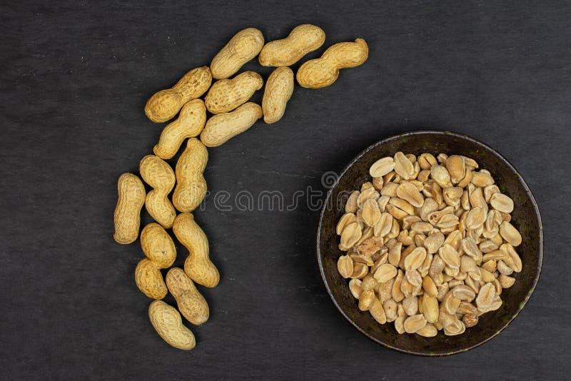 Żółty naturalny arachid na popielatym kamieniu zdjęcia stock