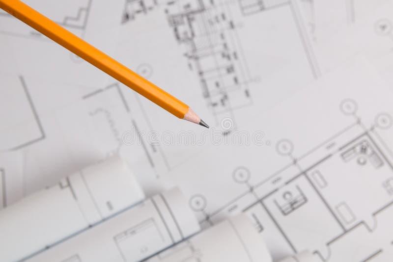 Żółty ołówek na architektonicznym projekta tle zdjęcia stock