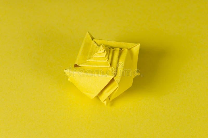 Żółty origami seashell na żółtym tle zdjęcie stock