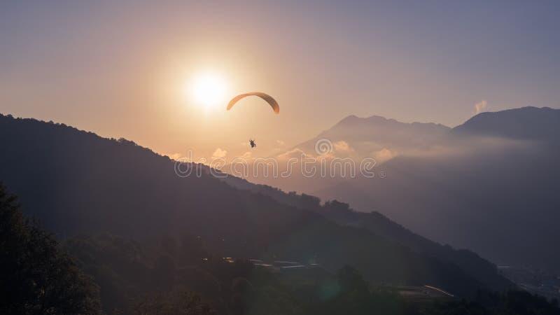 Żółty Paraglider na Sunset obrazy stock