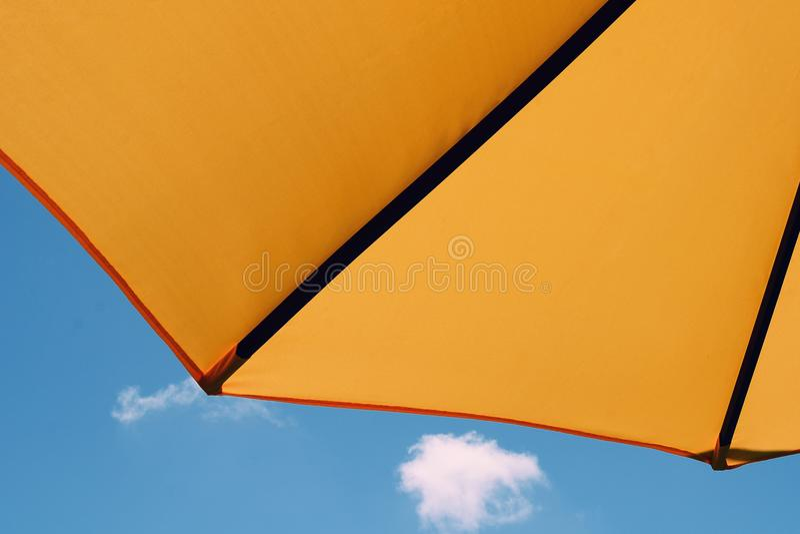 Żółty parasol w niebieskim niebie fotografia royalty free