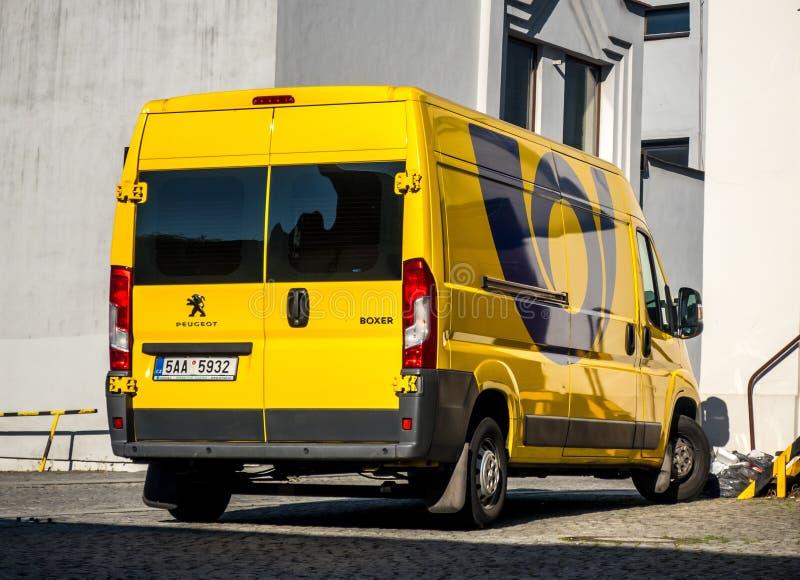 Żółty Peugeot boksera samochód dostawczy Ceska posta czecha urząd pocztowy zdjęcie stock