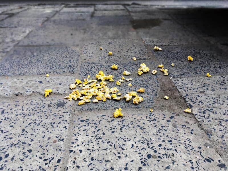 Żółty popkorn rozprasza na drodze fotografia stock