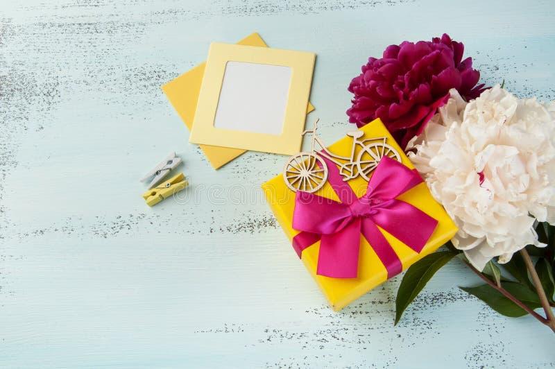 Żółty prezenta pudełko z łękiem i peoniami zdjęcia stock