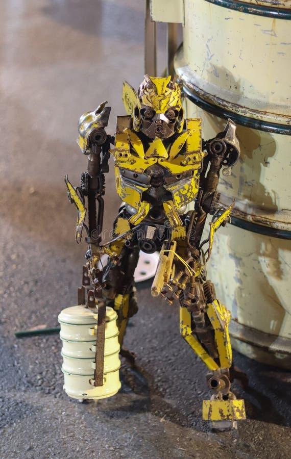 Żółty robota przewożenia lunchu pudełko na ulicie fotografia stock