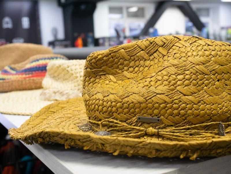 Żółty słomiany latyno-amerykański kowbojski kapelusz przy półką sklepową zdjęcie royalty free